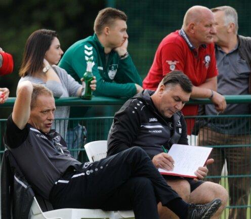 Wie viele Zuschauer dürfen dem Oberlungwitzer Trainer René Schreiter am Sonntag über die Schulter schauen, wenn er sich gegen Lichtenstein wohl wieder umfangreiche Notizen macht?