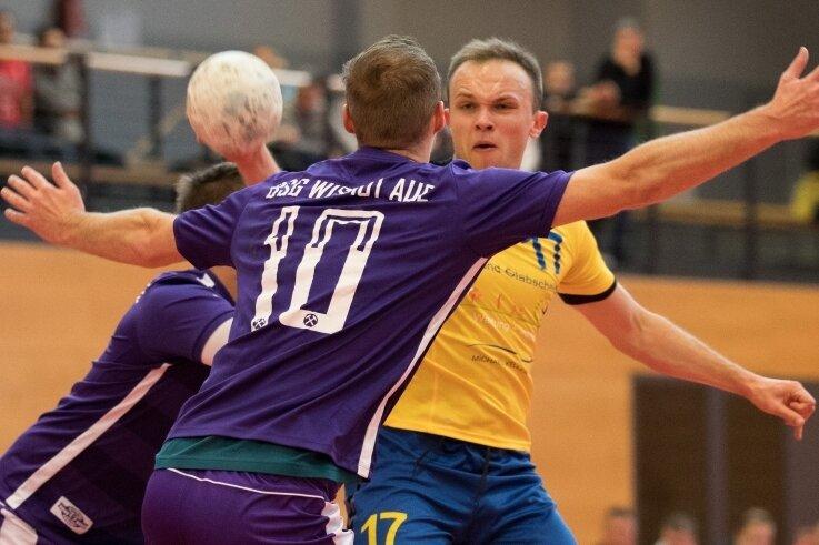 Ihn bekamen die Abwehrspieler der BSG Wismut Aue nie in den Griff: Oederans Eduard Sabot, der beim 43:34-Sieg 13-mal traf. Mit 47 Treffern führt er auch die Torschützenliste der Bezirksliga klar an.