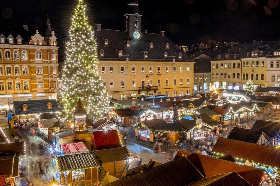 Der Annaberg-Buchholzer Marktplatz soll sich ab Ende November wieder eine Weihnachts-Wunderwelt werden. Das Bild wurde 2019 aufgenommen. Im letzten Jahr blieben Weihnachtsbaum und Pyramide allein.