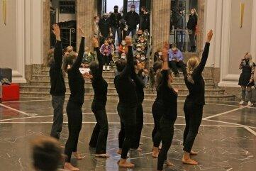 Tanzperformance des Mondstaubtheaters in den Kunstsammlungen.
