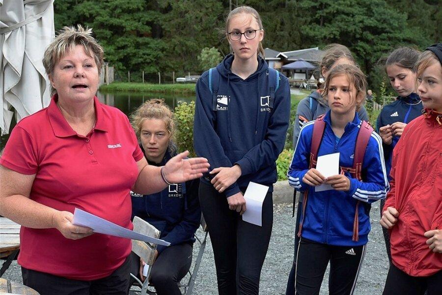 Organisatorin Kathrin Hager (links) bei der Einweisung.