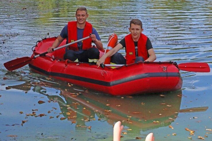 Auf einem Teich des Landwehrgrundes trieb eine Gummipuppe, die von der Werdauer Feuerwehr zu bergen war.