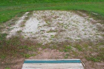 An dieser Stelle entsteht eine neue Weitsprunganlage, die vorrangig für den Schulsport genutzt wird.