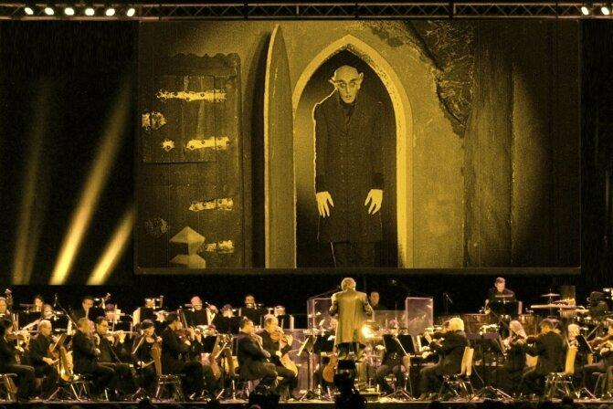 Nein, Graf Orlok sucht unter den Musikern kein Opfer. Dennoch darf ihn der Dirigent auf der Leinwand nie ganz aus den Augen lassen, um den Einsatz nicht zu verpassen.
