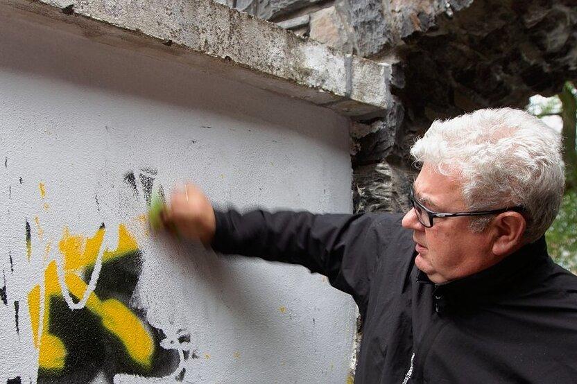 Frank Zabel ist im unermüdlichen Einsatz gegen achtlos hingeschmierte Graffitis überall im Stadtgebiet.