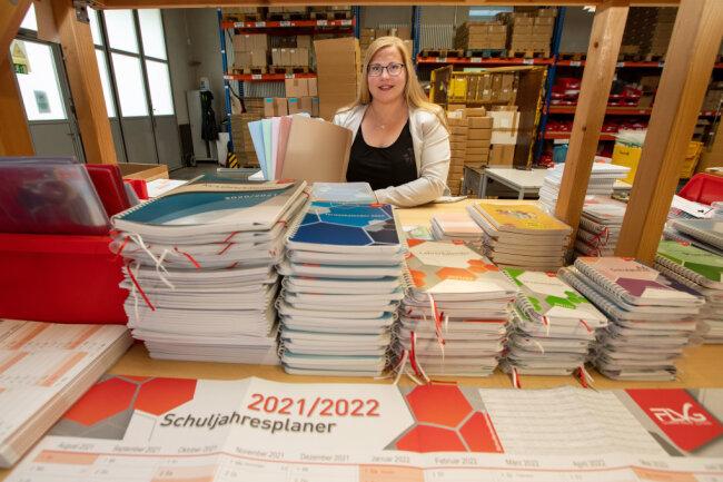 FLVG-Geschäftsführerin Luisa Lückert mit den neuen Farben ihres Schnellheftersortiments.