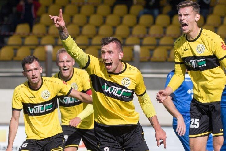 Plauens Torschütze Kamil Popowicz (Nr. 9) bejubelt sein 1:0, von links freuen sich Ondrej Nyber, Philipp Dartsch und Tom Ronny Fischer mit.