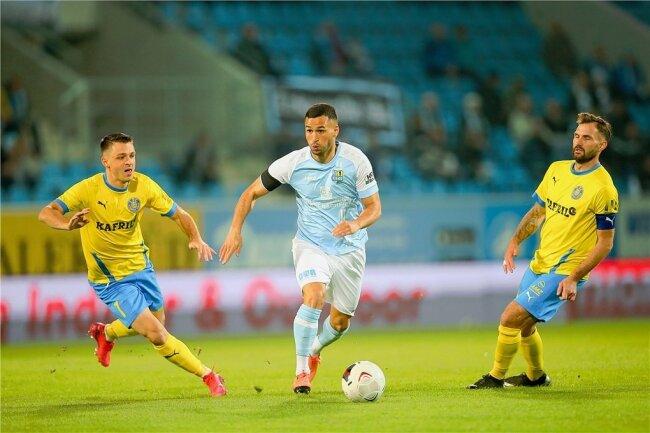 Der Chemnitzer Okan Kurt (M.) setzt sich gegen Bogdan Rangelov (l), und Sascha Pfeffer, Torschütze zum 1:0, durch.