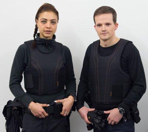 Polizeimeisterin Natalia Albanski und Polizeimeister Marcel Hantsch präsentierten in Dresden die neue Unterziehweste.