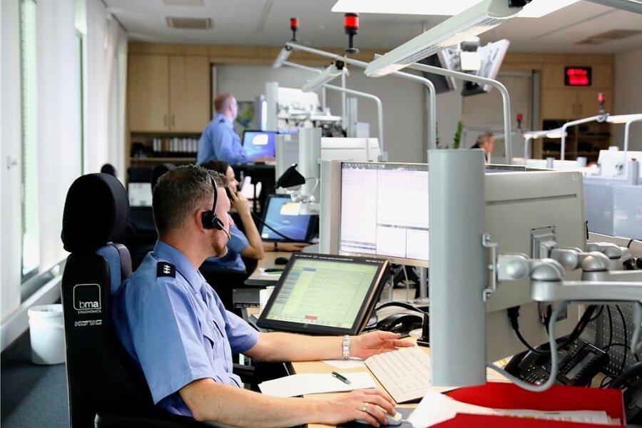 Das Führungs- und Lagezentrum der Polizei an der Hartmannstraße. Dort geht jeder Notfall ein, der über den Notruf 110 gemeldet wird.