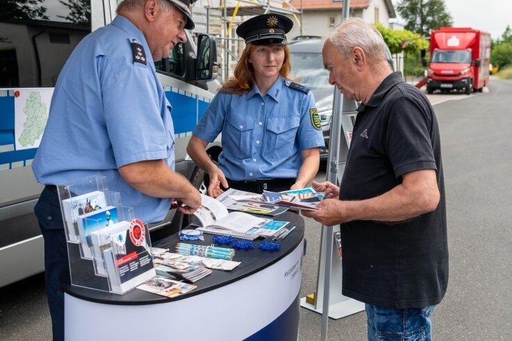 Dieter Weigel nutzte die Gelegenheit, sich von Polizeihauptkommissar Frank Arnold und Polizeihauptmeisterin Katrin Junghannß beraten zu lassen.