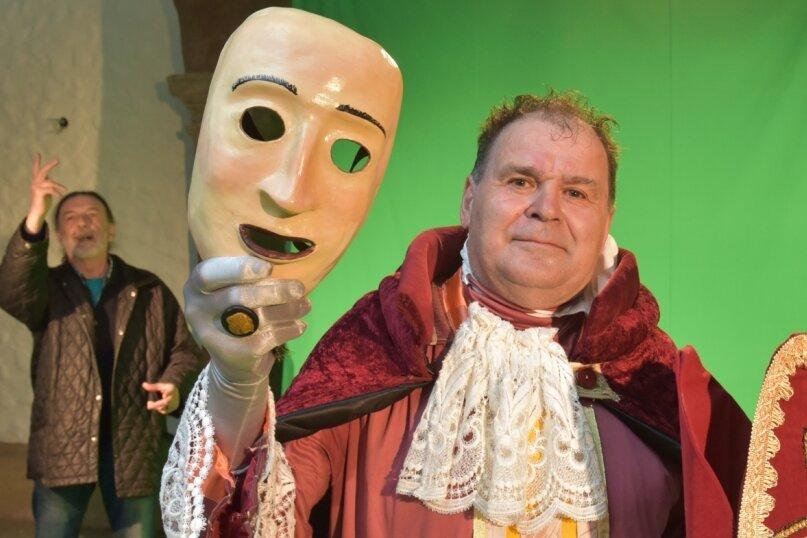 """Das Bild zeigt eine Spielprobe zum Theaterstück """"Francesco d`Assisi"""". Arnim Schirmer spielt einen Bischoff. Im Hintergrund agiert Initiator und Regisseur Pier Giorgio Furlan."""