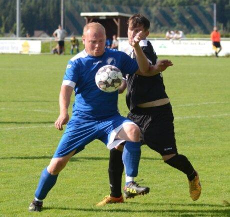 Seinen Torriecher hat der Rebesgrüner Ralf Wiegand (links) - früher unter anderem für den VfB Auerbach in der Oberliga aktiv - auch mit 37 Jahren nicht verloren. Beim 2:1-Sieg vergangenes Wochenende gegen den VFC Adorf (rechts Sascha Geier) schoss Wiegand beide Tore.