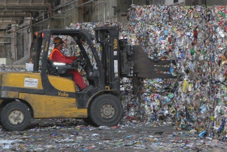 In der Niederlassung in Mittweida wird Recyclingmaterial wie der Hausmüll aus der Gelben Tonne zu hochwertigem Aluminium-Granulatverarbeitet. Dieses Produkt wird im Anschluss verkauft.