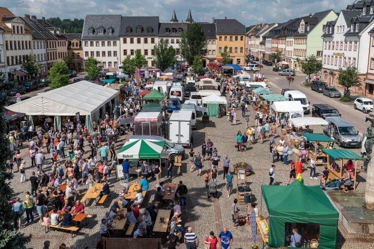 """Unter dem Motto """"Raus aus dem Haus!"""" hat am Samstag der erste Rochlitzer Regionalmarkt nach 20 Monaten zusammen mit dem Kinderfest stattgefunden: Hier ein Blick auf den sehr gut besuchten Marktplatz."""
