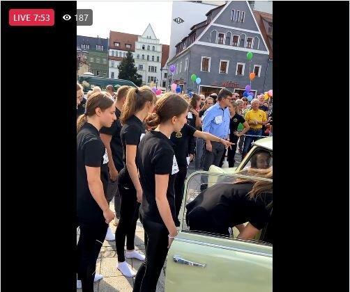 Rekordversuch gelungen! Sogar 20 Menschen quetschen sich in Zwickau in einen Trabi
