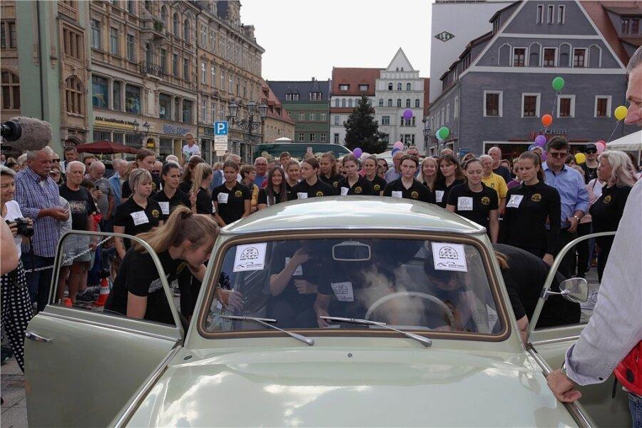 Los geht's! Nacheinander krabbeln die 20 Handballerinnen und Sportakrobatinnen ins Auto.