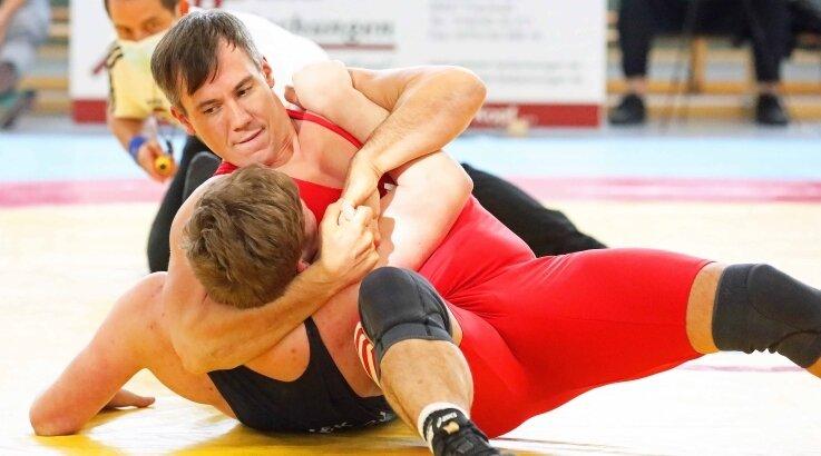 Mit seinem Schultersieg gegen Justin Hartmann brachte Martin Kretzschmar (rot) die Werdauer Riege auf die Siegerstraße.