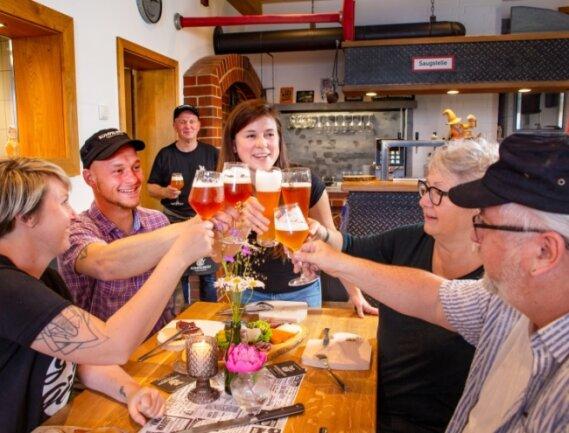 Gesellige Runde im Rumpelbräu-Brauhaus in Holzhau. Nicht nur Wanderer und Tagesausflügler steuern das Lokal an. Das Wagnis, das alte Feuerwehrhaus umzubauen, hat sich gelohnt, sagt Inhaber Ralf Emele.
