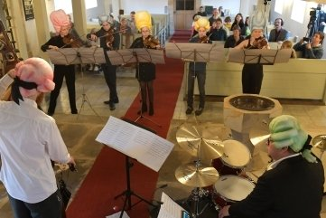 Das Konzert mit Perücken in Kleinwaltersdorf kam gut an.