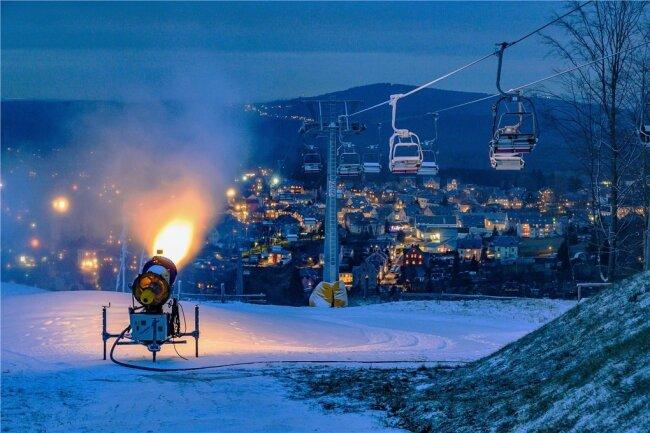 Stillstand überall - so sah es im vergangenen Winter auf sächsischen Skihängen aus. In der Skiarena Eibenstock liefen die Schneekanonen umsonst.