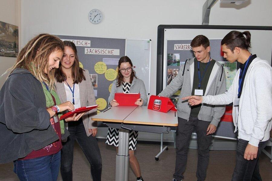 Die Nördlinger Gymnasiastinnen Carla Weiß und Alicia Geiger (2. und 3. von links) sprechen mit Hanna Kowark, Tom Pötschke und Jonas Kluge (von links) über die friedliche Revolution.