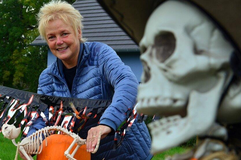 Schaurig-schöne Deko an der Dorfstraße: Halloween breitet sich in Rossau aus