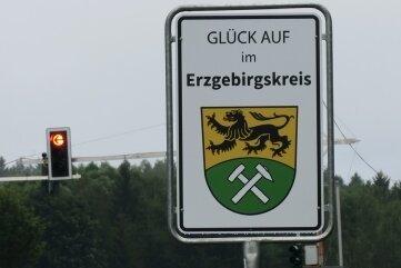 Die ersten Begrüßungsschilder stehen seit einigen Tagen - wie hier nahe Schneeberg.