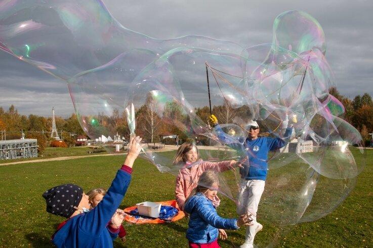 Seifenblasenkünstler Jörg Müller ist seit Jahren Stammgast in der Miniwelt und bereichert dort das Ferienprogramm.
