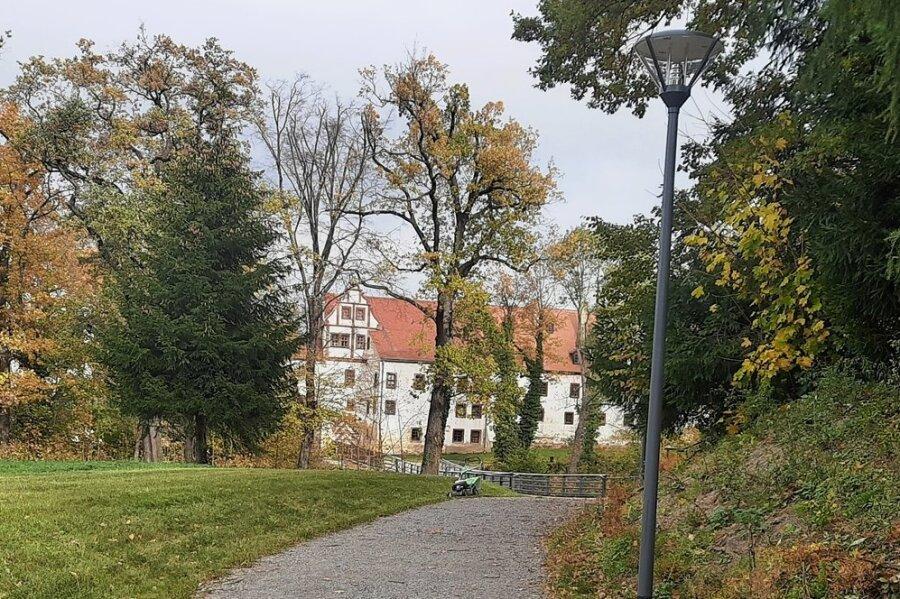 So präsentiert sich der neue Schlossparkweg in Glauchau. Im Hintergrund ist das Schloss zu erkennen.