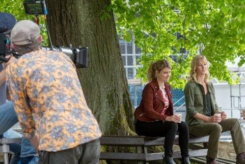 Keine Pause, sondern Vorbereitungen für eine Szene: Schauspieler Lara Mandoki, Teresa Weißbach und Adrian Topol (von links) an der Schlosslinde.