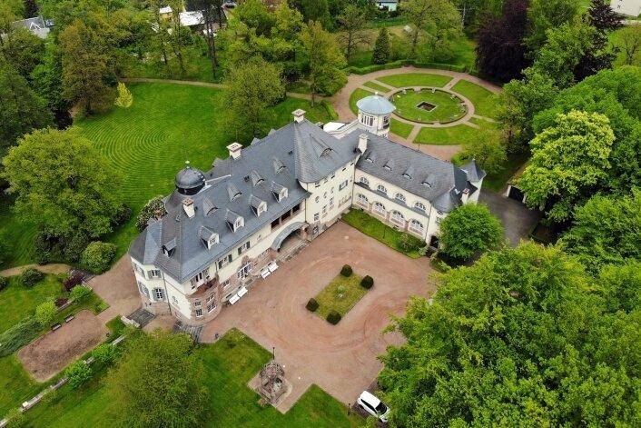 Das Schloss Wolfsbrunn hat einst Karl-Georg Wolf erbauen lassen. In Oelsnitz spielte dieser eine große Rolle für das Bergbauunternehmen Gewerkschaft Deutschland.