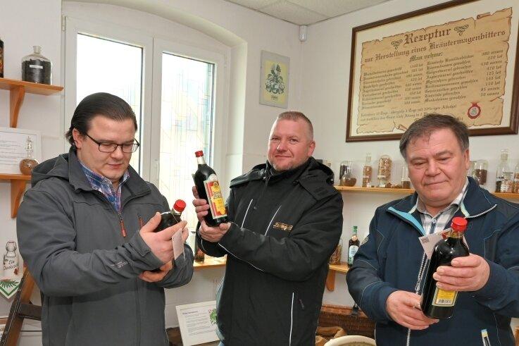 Constantin Funke (l.) und sein Vater Hartmut Funke hatten die Idee, den Eibenstocker Magenbitter, der im 19. und 20. Jahrhundert in der Bergstadt hergestellt wurde, wieder aufleben zu lassen. In Mike Schneising (Mitte), Betriebsleiter von Lautergold, fanden sie dafür einen Partner.