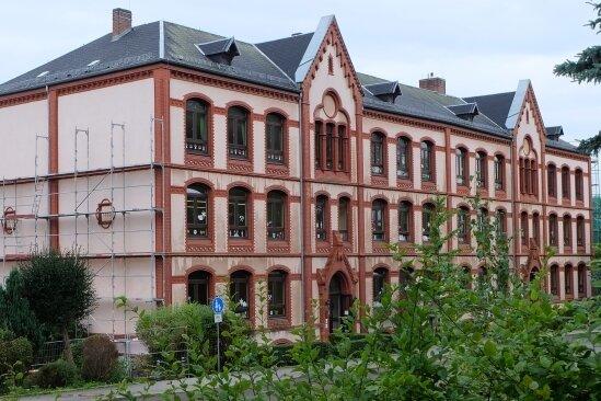 Markant ist die Fassade der Glück-Auf-Grundschule Hohndorf. Die Rückfront und beide Seiten werden derzeit für die geplante Dacherneuerung eingerüstet.