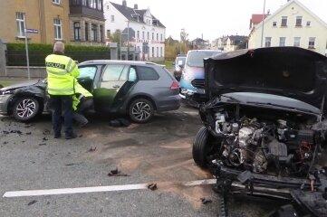 Zwei Menschen mussten nach dem Unfall ärztlich behandelt werden.