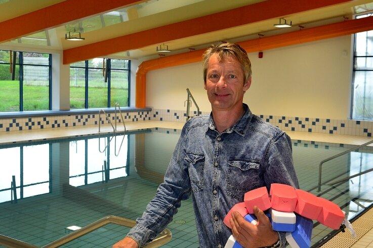 Sven Sobotka, der mit seinem Hausmeisterservice für das Sportforum in Hainichen zuständig ist, freut sich schon auf den Neustart am Montag im sanierten Lehrschwimmbecken.
