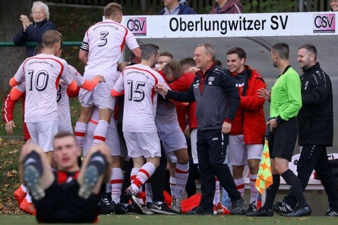 Am vergangenem Spieltag hatten die Fußballer des Oberlungwitzer SV beim 3:0-Sieg gegen Zwickau Grund zum Jubeln. Ob sie sich nach der Partie gegen Schneeberg wieder in den Armen liegen?