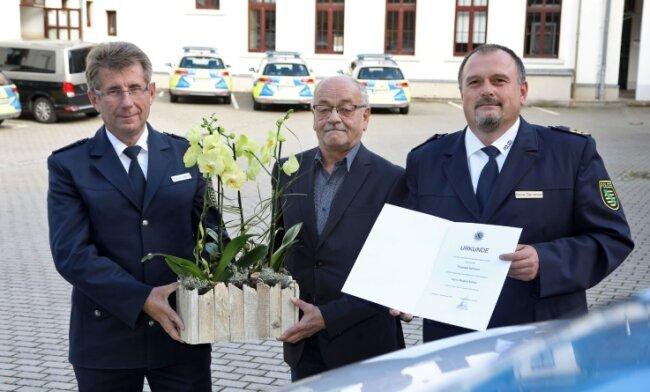 Polizeipräsident René Demmler (rechts) und Revierleiter Dietmar Schmitz-Mätzchen (links) verabschieden Roland Köhler.