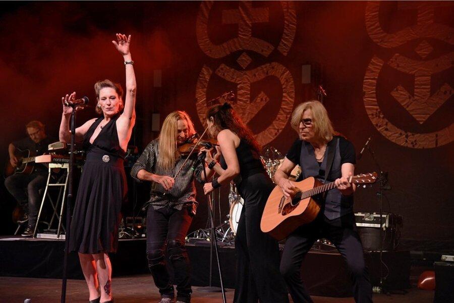"""AnNa R., Uwe Hassbecker, Julia Neigel und Rüdiger """"Ritchie"""" Barton (von links) beim Konzert der Rockband Silly im Naturtheater in Bad Elster."""