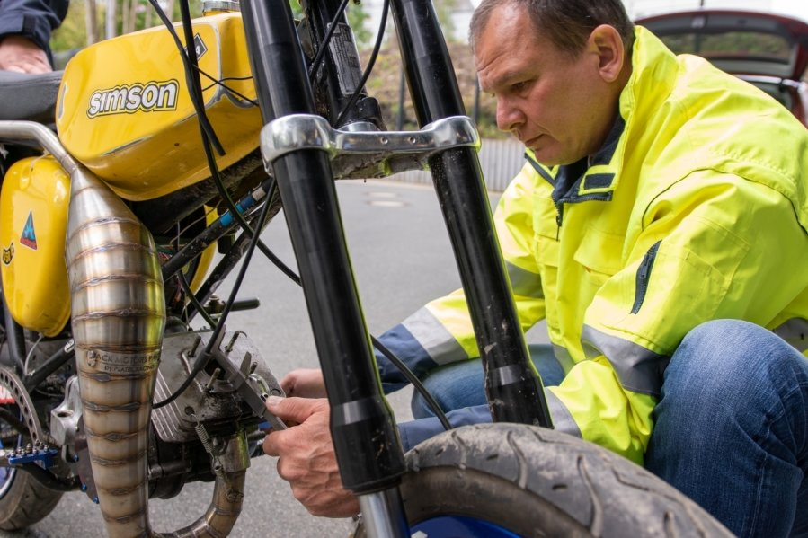 Hier prüft ein Gutachter auf dem Gelände des Polizeireviers in Auerbach den Hubraum eines beschlagnahmten Mopeds.