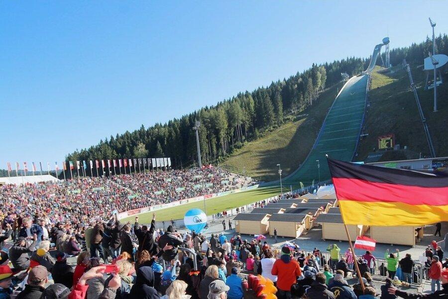 Beim Sommer Grand Prix werden Fans die Skispringer aus aller Welt feiern.