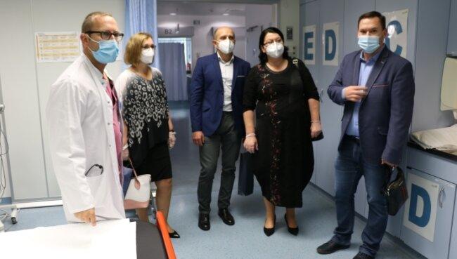 Interessiert folgen die slowakischen Vertreter des Ministeriums für Gesundheitswesen den Ausführungen von Dr. Andreas Fichtner (l.).
