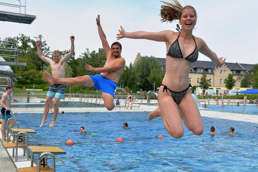 Angelina Motylenko (vorn), Tobias Kuß und Christopher Hein (hinten) genießen den Sommer im Johannisbad. Laut Stadtwerken wird das Freibad weniger als 2020 genutzt. Dafür stiegen die Besucherzahlen der Badehalle etwas.