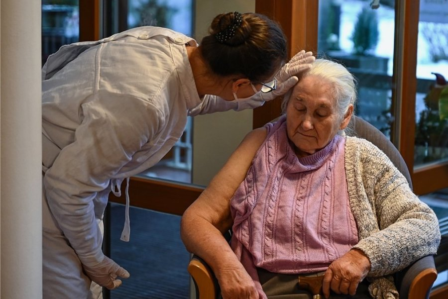 Liebevolle Pflege - das wünschen sich viele im Alter. Doch das ist teuer.