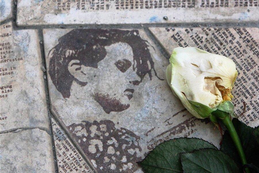 Die Gedenkstätte Weiße Rose an der Ludwig-Maximilian-Universität in München: in das Pflaster eingelassene Flugblätter unter anderem mit dem Porträt von Sophie Scholl, die vor 100 Jahren geboren wurde.