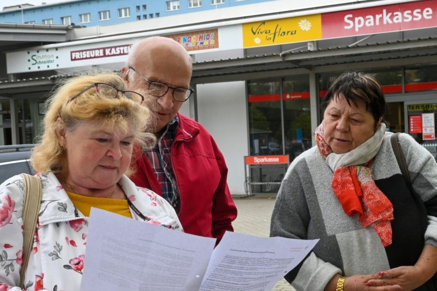 Wie hier Ingrid und Andreas Arnold mit Elfi Lindner-Daners (rechts) müssen sich Sparkassenkunden auch im Yorckgebiet auf längere Wege einstellen. Die Filiale im Stadtteilzentrum (New-Yorck-Center) schließt Ende des Monats. Ob und wo es künftig Geldautomaten geben wird, ist unklar.