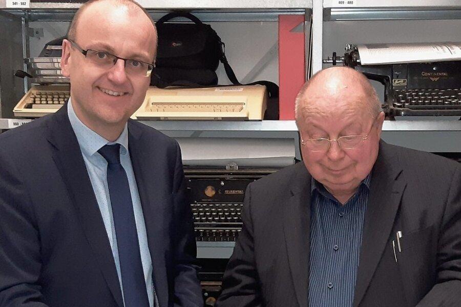 Andreas Schmied (l.), Leiter der Unternehmenskommunikation und Pressesprecher der Erzgebirgssparkasse, mit Horst Möckel, dem guten Geist des historischen Archivs.