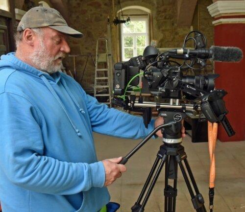 Filmemacher Dietmar Hösel filmt vor einer grünen Wand für die spätere digitale Mischung mit den Hintergründen.