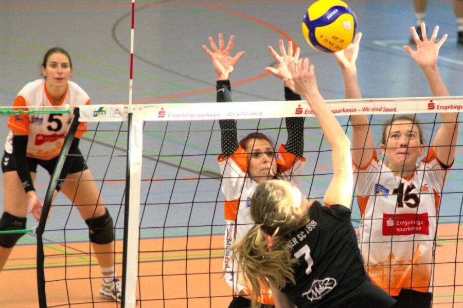 Franziska Gründler, Sophie Seibt und Dorothee Schwalbe (von links) durften mit den Damen des VC Zschopau einen 3:1-Sieg gegen den bisherigen Spitzenreiter aus Dresden bejubeln.