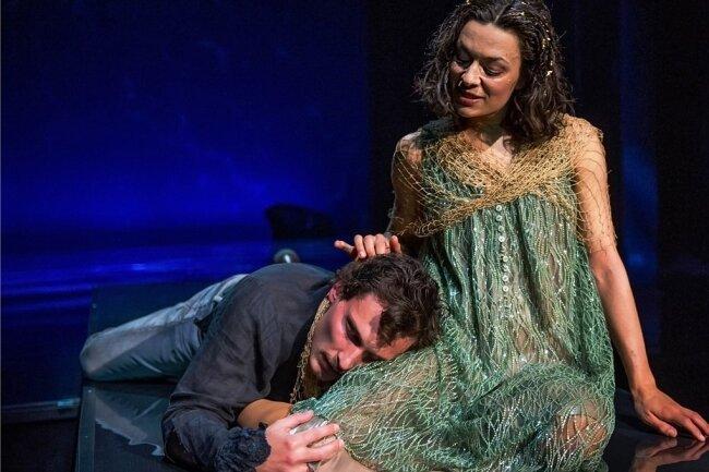 Undine (Vera-Cosima Gutmann) und Ritter Huldbrand von Ringstätten (Clemens Kersten) lieben sich, haben es aber schwer zusammen.